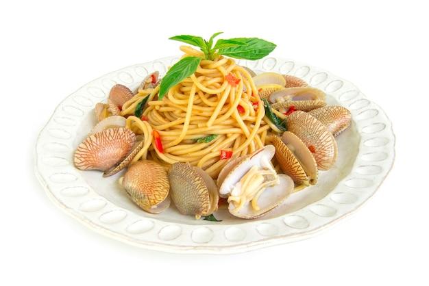 Spaghetti saltati in padella con vongole peperoncino cibo piccante tailandese