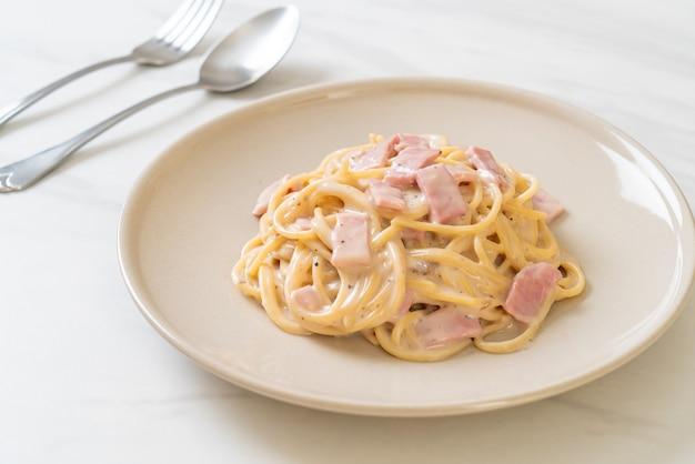 Spaghetti alla panna bianca con prosciutto