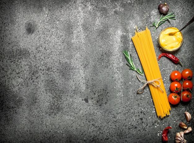 Spaghetti al pomodoro, salsa di senape e spezie su fondo rustico