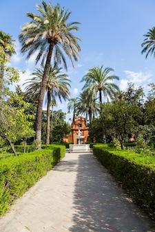 Spagna, regione dell'andalusia. dettaglio del giardino del palazzo reale di alcazar a siviglia.