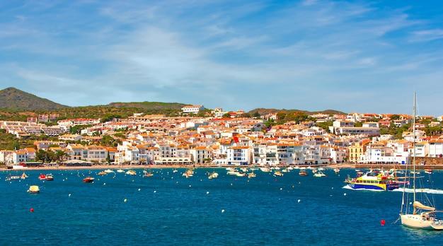 Spagna. catalogna. cadaques sulla costa brava. la famosa città turistica della spagna. bella vista sul mare. panorama della città.