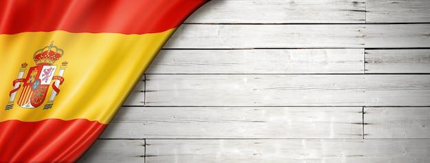 Bandiera della spagna sul vecchio muro bianco