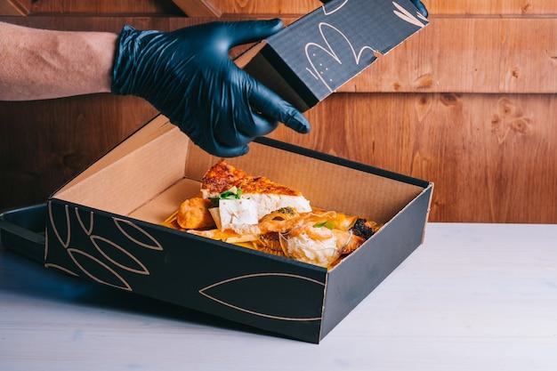 Set da colazione spagnola per consegna frittata con panino al prosciutto di patate in una scatola di cartone consegna sicura