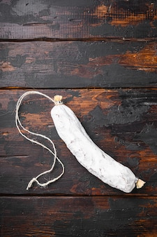 Salsiccia secca spagnola di salchichon sul vecchio tavolo di legno