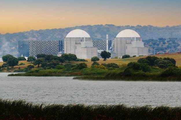 Centrale nucleare spagnola vicino a un fiume con un cielo mozzafiato sullo sfondo