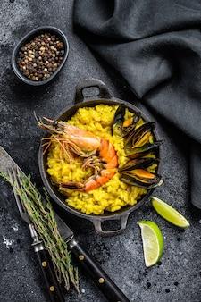 La paella spagnola ai frutti di mare, gamberi, gamberi, cozze