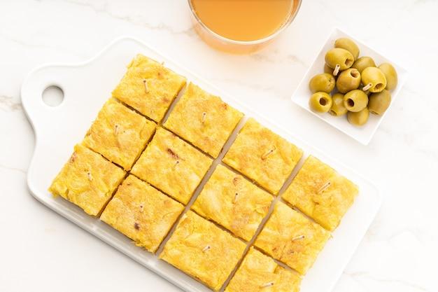 L'antipasto spagnolo della frittata di patate ha chiamato la tortilla spagnola sulla tavola di marmo tapa spagnola tipica