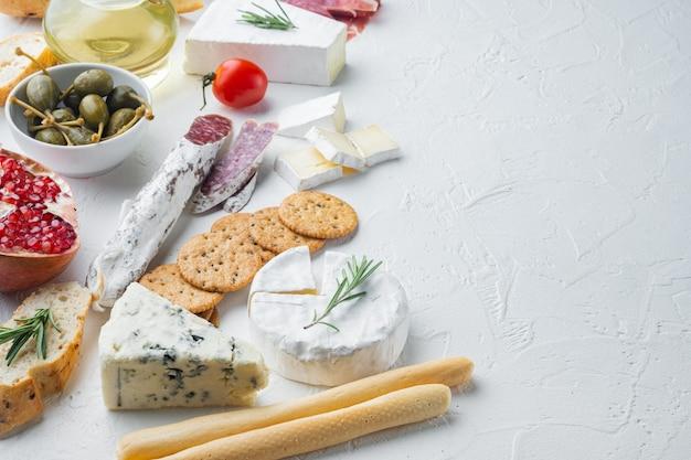 Spuntini spagnoli, formaggio a base di carne, set di erbe, su sfondo bianco con spazio di copia per il testo