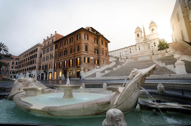 La scalinata di piazza di spagna con fontana in rime, italia