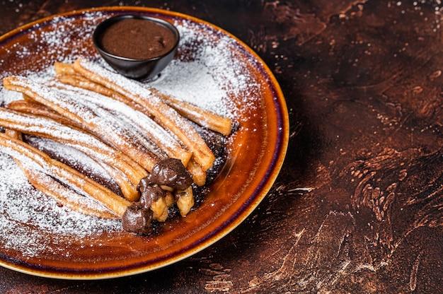 Churros di tapas spagnole con zucchero e salsa al cioccolato