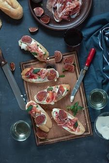 Tapas spagnole e pintxos con jamon e formaggio morbido, vino, cena