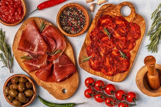 Tapas spagnole con chorizo, jamon, tavolo da picnic, vista dall'alto
