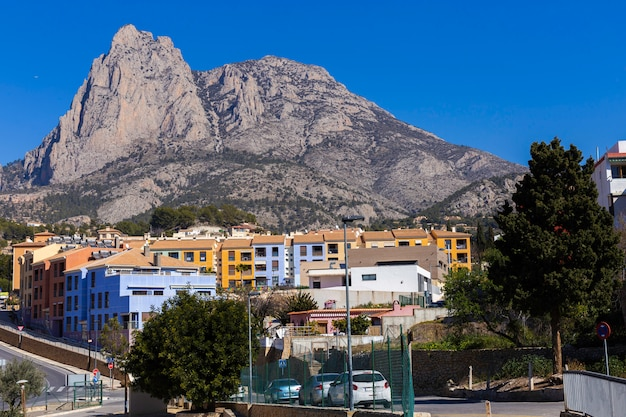 Il villaggio spagnolo di fenestrat con case colorate ai piedi delle scogliere di puig campana.