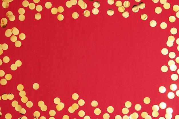 Coriandoli scintillanti e cornice per l'inserimento di testo su uno sfondo colorato vista dall'alto. minimalismo, design, insta, vacanza. piatto. foto di alta qualità