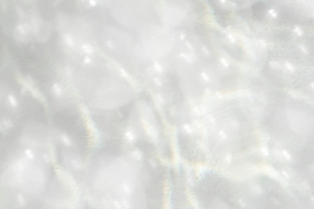 Acqua frizzante che riflette lo sfondo chiaro