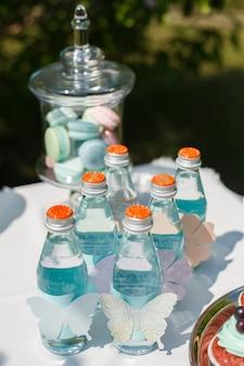 Acqua frizzante nelle stesse bottiglie per gli ospiti in vacanza