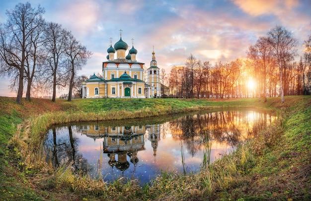 Cattedrale spaso-preobrazhensky con una torre campanaria del cremlino di uglich con riflesso nell'acqua di uno stagno in una soleggiata mattina autunnale