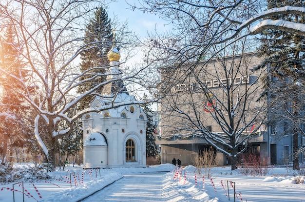 Cappella spasskaya e casa dei soviet nel cremlino di nizhny novgorod