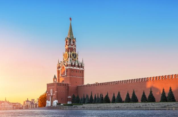 Torre spasskaya a mosca nei primi raggi del sole all'alba