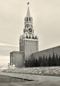 Torre spasskaya del cremlino di mosca simbolo della capitale fortezza medievale