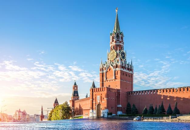 La torre spasskaya del cremlino di mosca