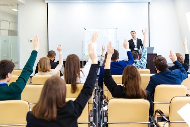 Relatore che risponde alle domande del pubblico sulla conferenza di lavoro nella sala riunioni