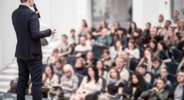 Relatore a conferenze aziendali.formazione aziendale e istruzione.la foto ha uno spazio vuoto per il testo.