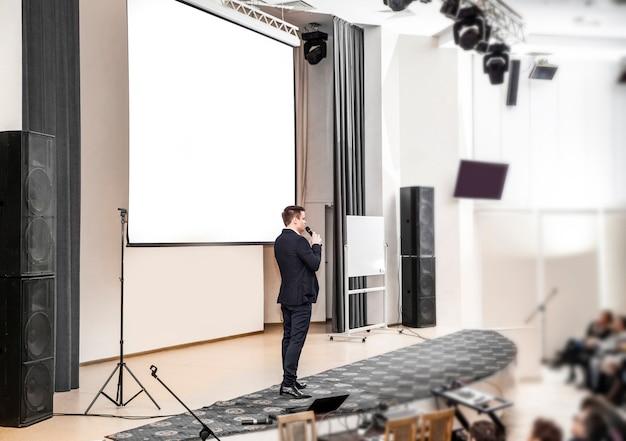 Relatore a conferenze di lavoro in piedi davanti al consiglio per presentazioni aziendali