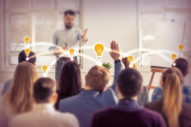 Relatore al business meeting nella sala conferenze. concetto di affari e imprenditorialità.