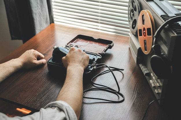 L'agente speciale detiene l'apparecchio telefonico da campo dell'urss. agente che intercetta il registratore. conversazioni di spionaggio del kgb.