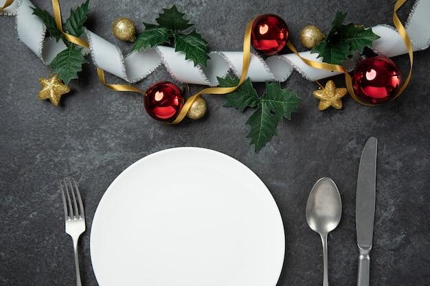 La cena speciale di natale celebra la vista superiore di disposizione piana amante delle coppie della famiglia con il cucchiaio k della forchetta