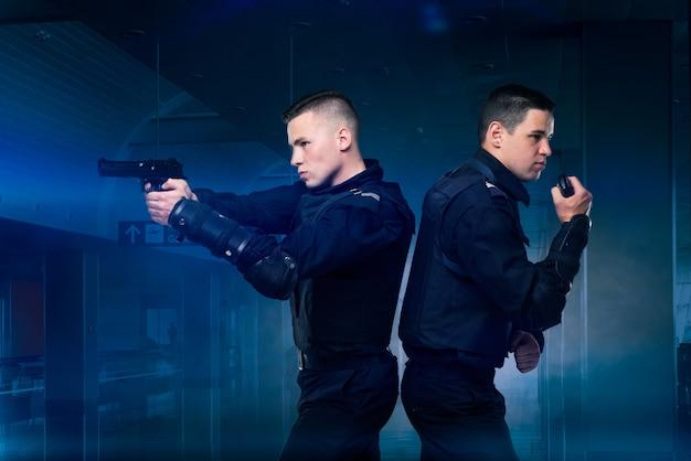 Soldati delle forze speciali con pistola e trasmettitore
