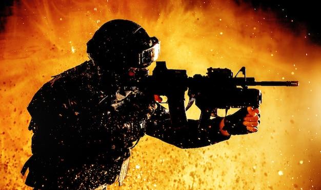 Combattente delle forze speciali, sparatutto contro il terrorismo che mira al fucile d'assalto con lanciagranate, sparando in uno scontro a fuoco, sfondando il fuoco sul campo di battaglia, correndo sui nemici, attaccando bersagli