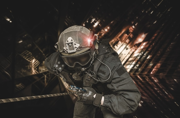 Il combattente delle forze speciali scende da un grattacielo per prendere d'assalto l'appartamento