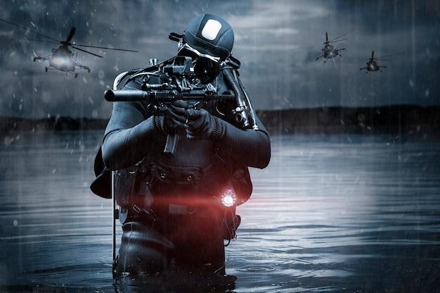 Soldato delle forze speciali va in spiaggia in mezzo a operazioni militari, elicotteri volanti. il concetto di videogiochi, giochi di ruolo online. tecnica mista