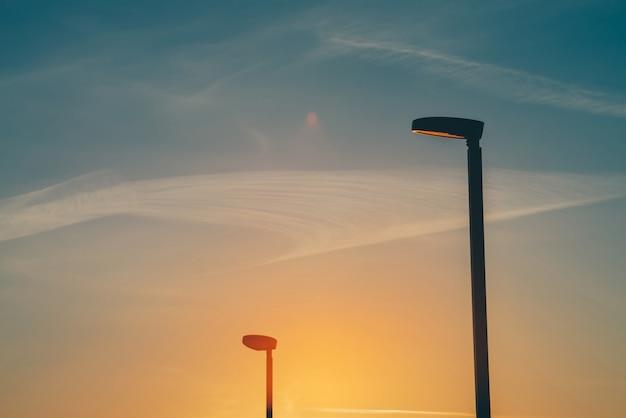 Lanterne speciali contro l'inquinamento luminoso al primo piano al tramonto.