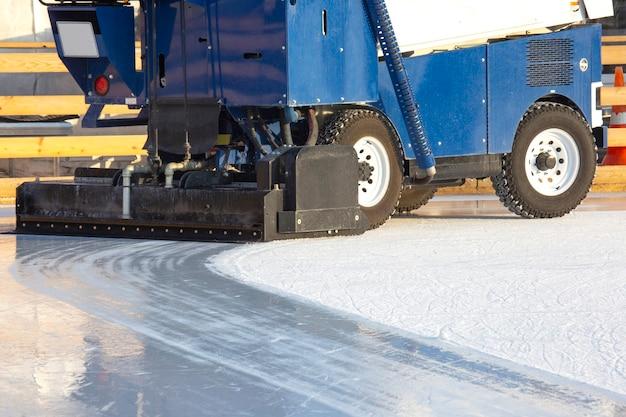 Macchina speciale per la pulizia del ghiaccio su una pista di pattinaggio sul ghiaccio al lavoro. industria dei trasporti