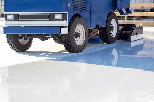 La macchina speciale per la raccolta del ghiaccio pulisce la pista di pattinaggio. industria dei trasporti