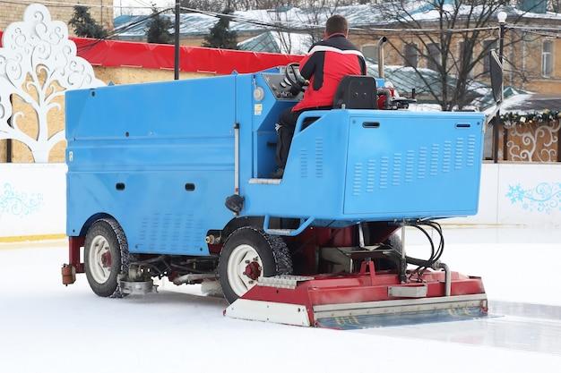 La macchina speciale per la raccolta del ghiaccio pulisce la pista di pattinaggio