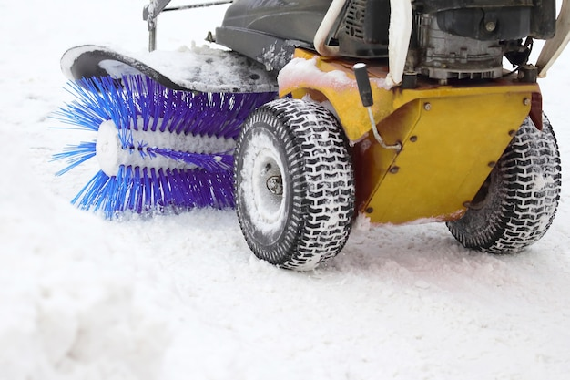 Macchina speciale per la rimozione della neve pulisce la strada. pulizia e pulizia delle strade