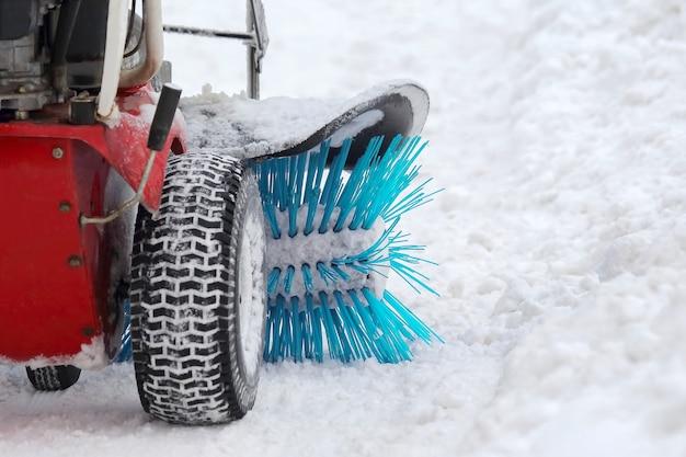 Macchina speciale per la rimozione della neve pulisce la strada. trasporto invernale