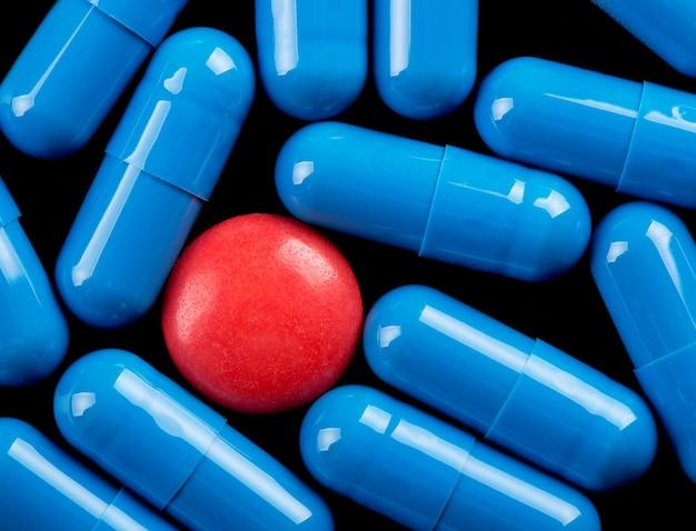 Pillola rossa speciale tra capsule blu