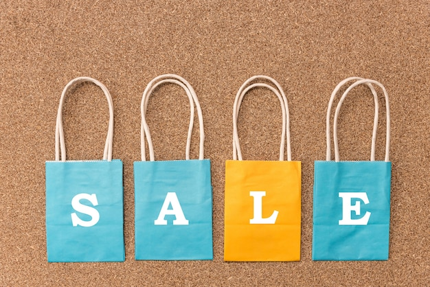 Concetti di festival di vendita speciale e venerdì nero con testo sul sacchetto della spesa colorato sulla superficie di legno