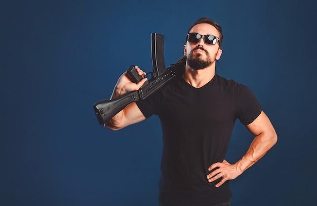Uomo di tattiche speciali che tiene la mitragliatrice nelle sue mani