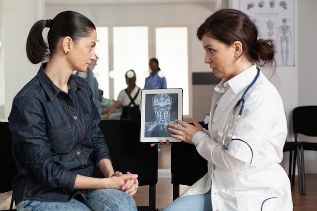 Medico specialista che mostra competenza in radiografia a una donna allegra