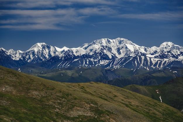 Spettacolare vista dalla cima della montagna alla catena montuosa nel distretto di ulagansky della repubblica di altai, russia