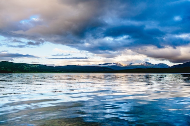 Spettacolare vista di un lago di montagna al tramonto nel distretto di ulagansky della repubblica di altai, russia