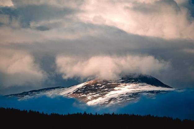 Vista spettacolare di una catena montuosa tra le nuvole nel distretto di ulagansky della repubblica dell'altaj, russia
