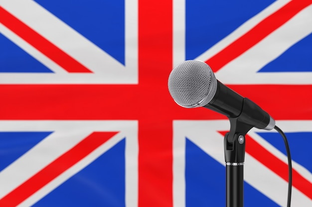 Supporto del microfono di discorso contro il primo piano estremo vago della bandiera della gran bretagna. rendering 3d