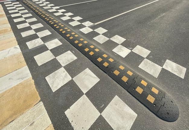 Un dosso sulla strada della città. barriera di asfalto, ostacolo di sicurezza